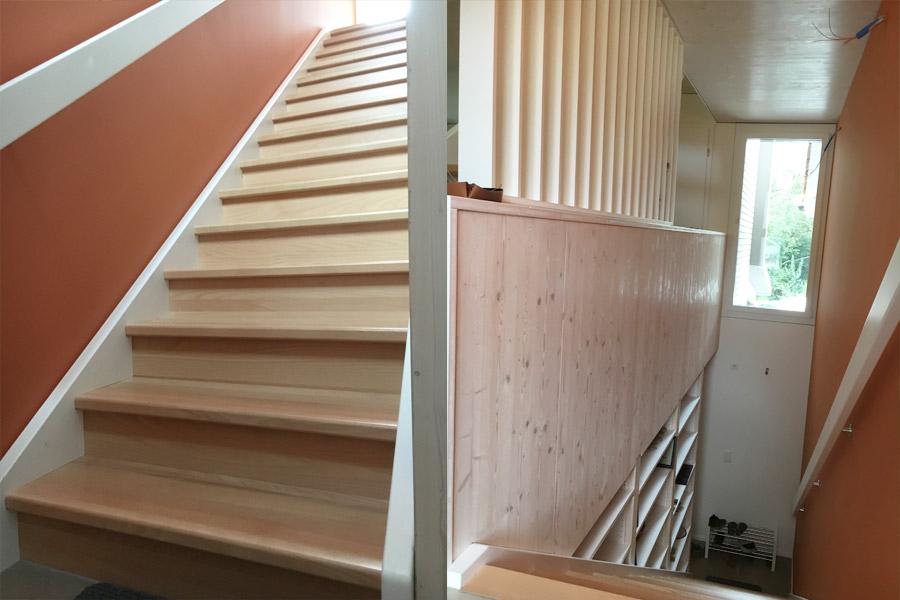 escalier-droit-construction-exotique-marches-hetre-limons-peint